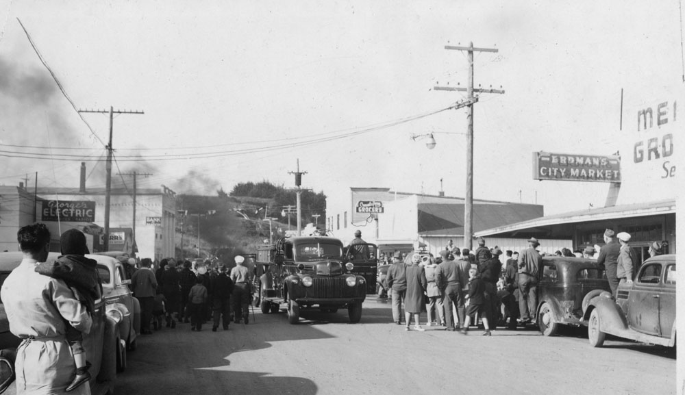 44499-Cranberry_Festival-_1948_parade_fire_department_Vedder_coll_Bandon-Historical-Society
