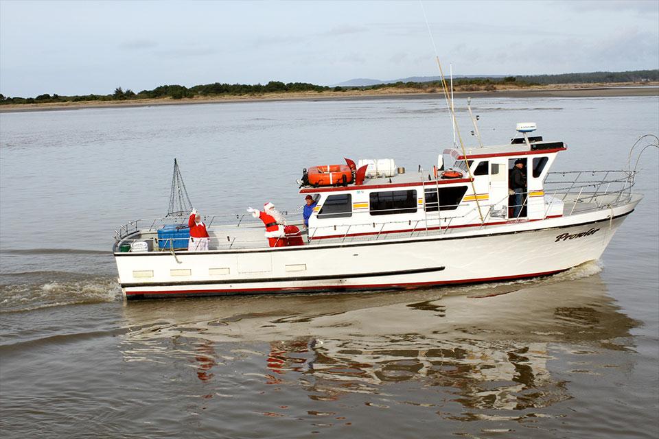 winter-holiday-santa-charter-boat
